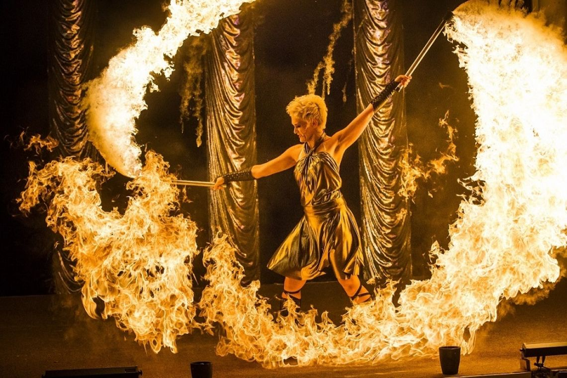 professionelle Feuershows - S.W.A.P. Sabrina Wolfram ART PROJECT Spektakuläre und professionelle FEUERSHOWS  Sabrina Wolfram, selbst professionelle Feuerkünstlerin seit fast 9 Jahren, kreiert mit ihrem Team aus Feuerkünstlern, Tänzern, Sängern und Musikern atemberaubende Feuershows, traumhafte Lichtshows und erstklassige Live-Musik