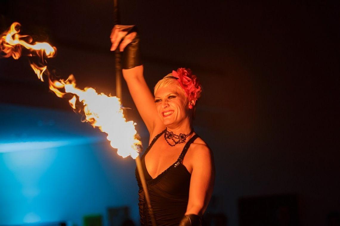 Feuershow mit Sabrina Wolfram  Sabrina steht seit ihrem 12. Lebensjahr auf der Bühne und ist hier völlig in ihrem Element