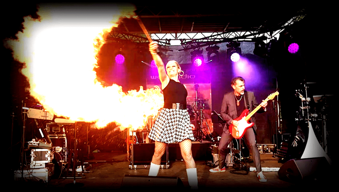 HOMBRE loco on Stage HOMBRE loco - das sind Sabrina Wolfram alias Sabreena Deevaloca und Gunther Laudahn, der Armin von Bielefeld verkörpert. Sie rocken mit ihrer witzig-charmanten Personality Show und Songs, die in die Ohren gehen die Bühne. Augen zu und geradeaus, so gehen ihre Lieder