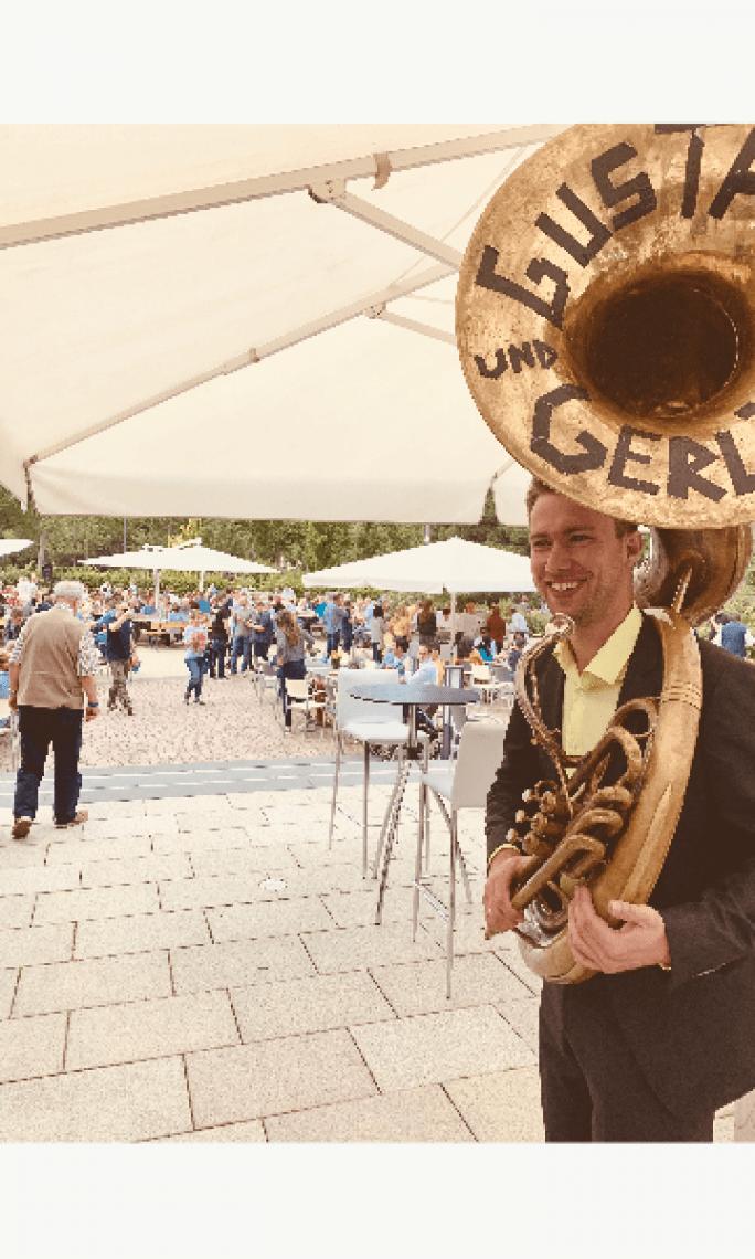 Gustav mit Sousaphon  Überall im Einsatz für die gute Stimmung.
