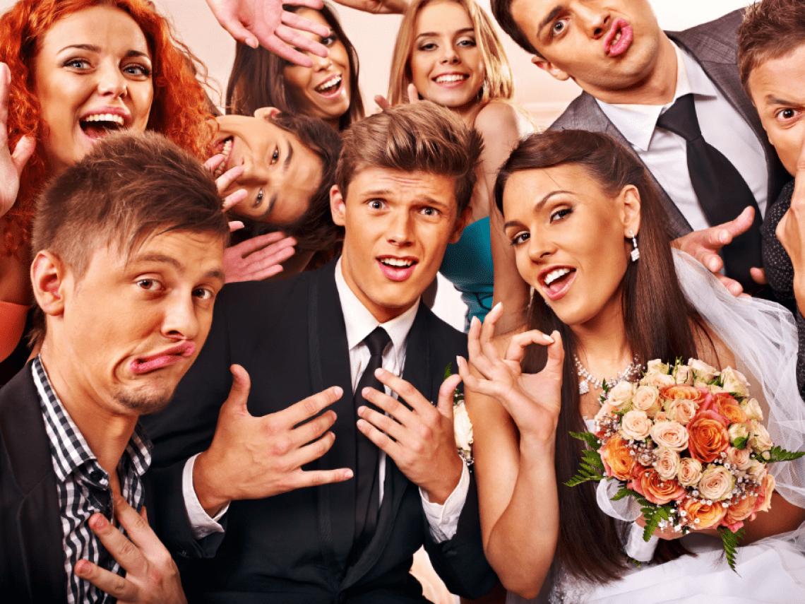 Lustige Freunde bei Hochzeit Grimassen und coole Posen mit der Fotobox von Fotoboothmieten.de