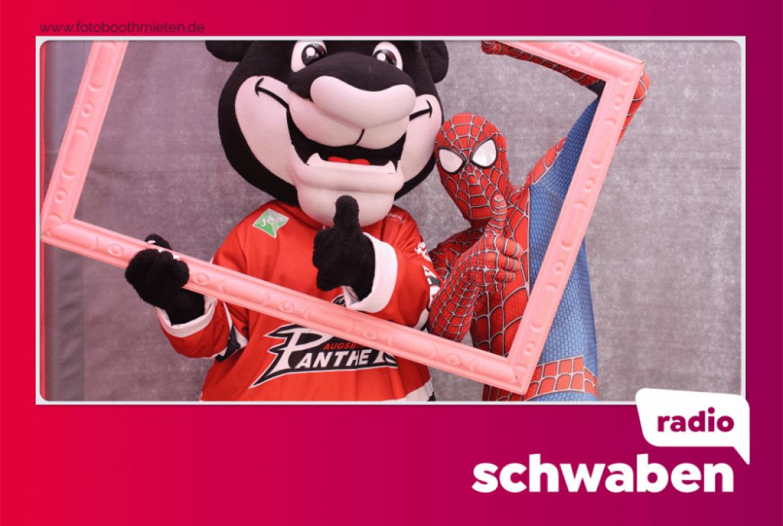 Einzelbild Layout Spiderman und das Maskottchen der Augsburger Panther mit der Fotobox von fotoboothmieten.de