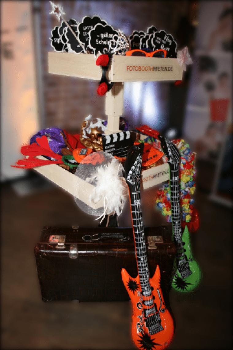 Verkleidung für Fotobox Luftgitarren, Kronen, Schilder, Brillen und noch viel mehr liefern wir mit unserer Fotobox natürlich mit