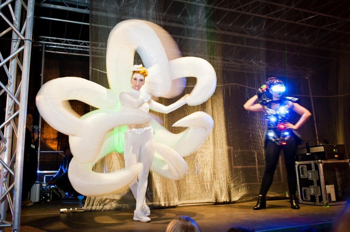 Walk-Acts und Künstler auf der Bühne - Eventmanagement