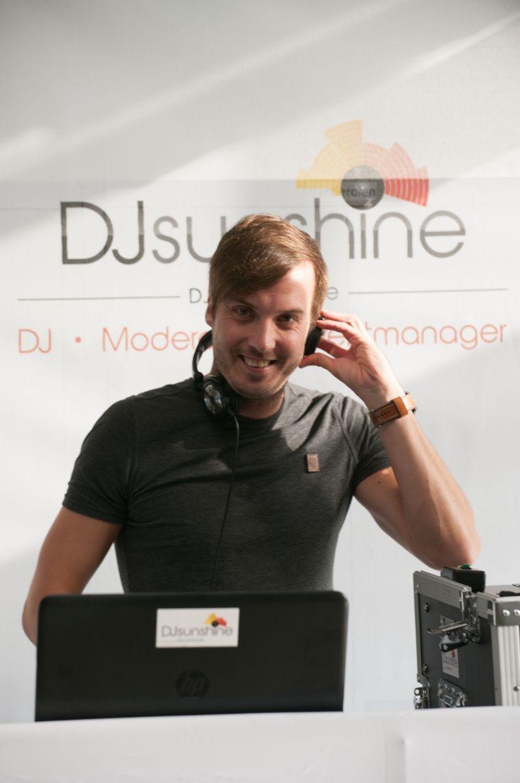 DJ Sunshine bei einem Sommerfest fotografiert