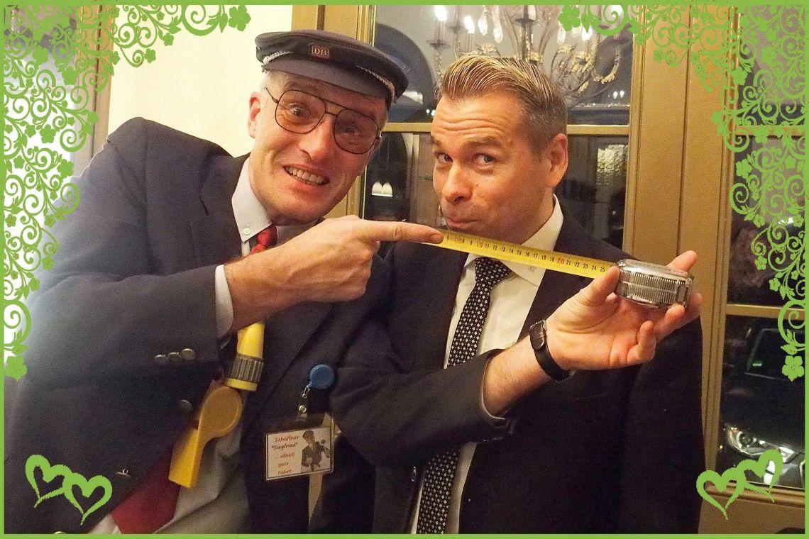 Comedy-Schaffner Siegfried Achtung an der Bahnsteigkante!! ;-)