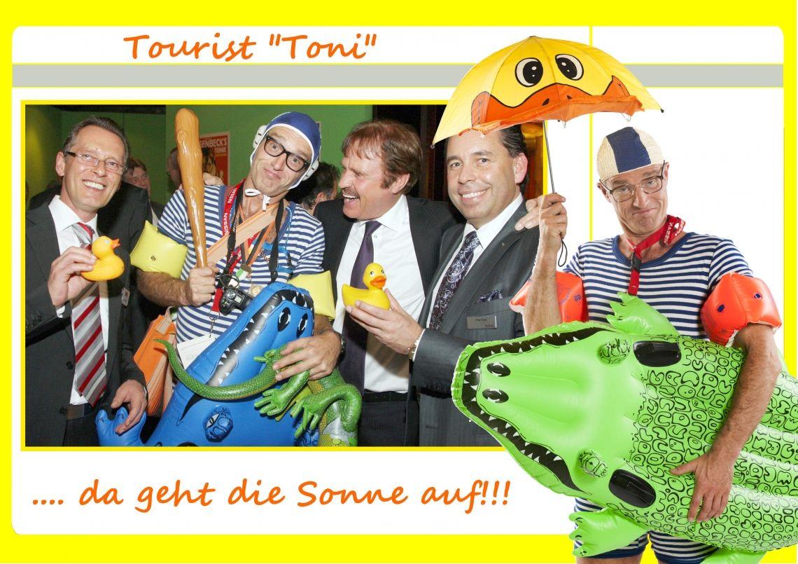"""willy-wichtig-comedy-tourist Einen Tag wohlverdienten Urlaub hat Toni, und ist auf der Suche nach der nächsten Bademöglichkeit. Ein bunter Regenschirm schützt vor der gröbsten Hitze, doch sein Krokodil hat Durst und er bittet um Orientierungs- oder sonstige Hilfe.  Toni ist ortsfremd, fragt nach dem Weg, die Passanten ihrer Ängste vorm Krokodil beschwichtigend; """"Nein, es ist völlig ungefährlich, ist auch ganz gewiss stubenrein und beißt nur, wenn es hungrig ist!"""" Doch jetzt genug gescherzt, es ist Zeit, dass Toni zum nächsten Baggerloch kommt."""