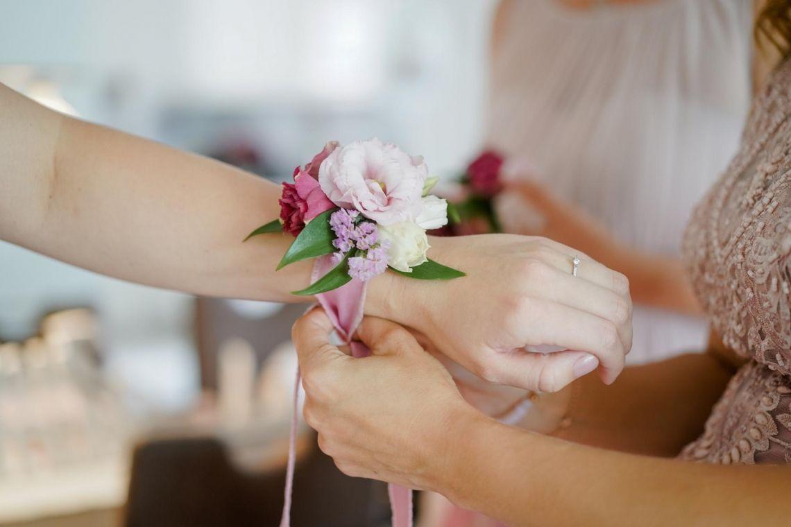 Blumenarmband Bridesmaids Hochzeit  Eleganter Fine-Art-Style, Blush-Berry-Gold-Glas (Foto Jörg Brücker Gelsenkirchen)