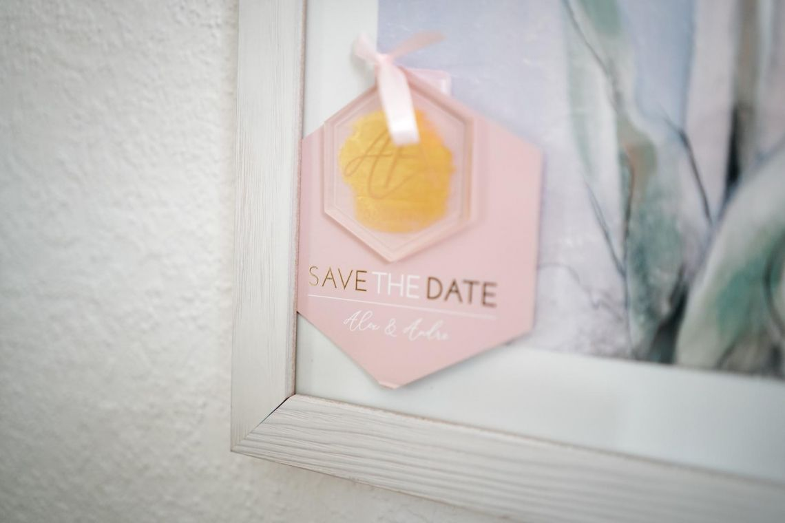 Save-the-Date-Karten mit Acrylglas Hochzeit  Eleganter Fine-Art-Style, Blush-Berry-Gold-Glas (Foto Jörg Brücker Gelsenkirchen)