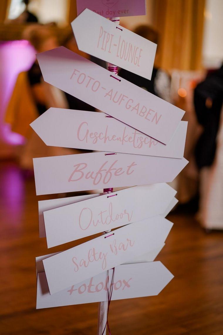 Wegweiser Hochzeit  Eleganter Fine-Art-Style, Blush-Berry-Gold-Glas (Foto Jörg Brücker Gelsenkirchen)