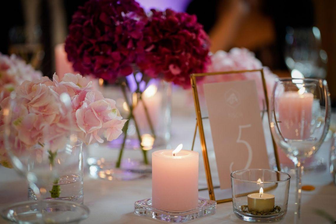 Tischdekoration Hochzeit  Eleganter Fine-Art-Style, Blush-Berry-Gold-Glas (Foto Jörg Brücker Gelsenkirchen)