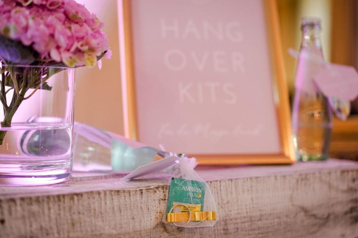 Hangover-Kit Gastgeschenk Hochzeit  Eleganter Fine-Art-Style, Blush-Berry-Gold-Glas (Foto Jörg Brücker Gelsenkirchen)