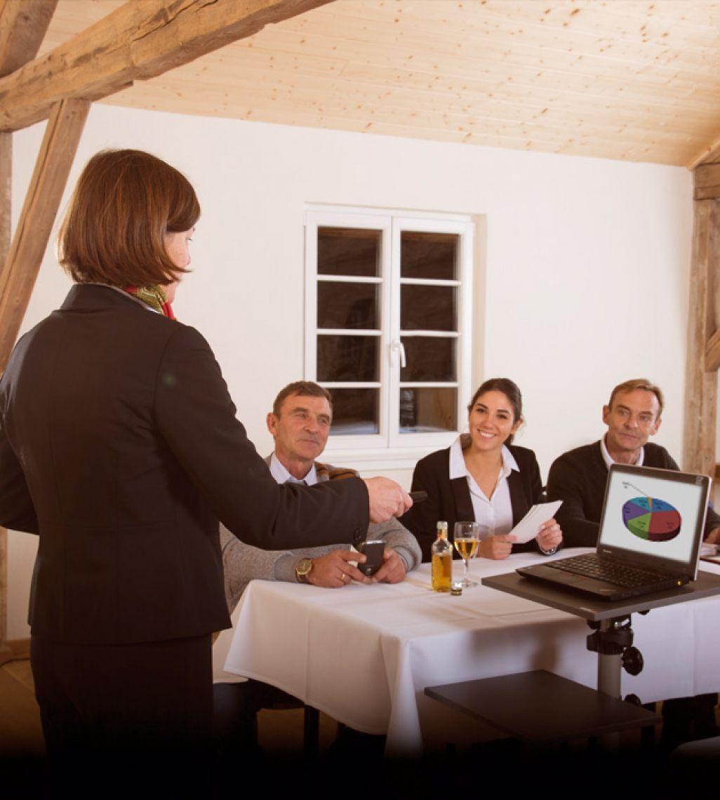 W-Lan oder W-Lan-freies Seminar oder beides? Technik, die wir nicht vorhalten, organisieren wir Ihnen gerne. Unsere Gäste schätzen und nutzen jedoch die Ruhe, die Sie bei uns finden. Dadurch entstehen konstruktive Diskussionen, die zu sinnvollen Ergebnissen führen. Gerne schalten wir das W-Lan für Sie aus und sammeln die Handys Ihrer Teilnehmer ein.