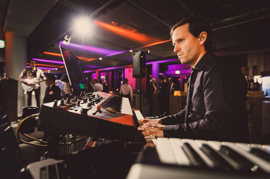 Flughafen Düsseldorf 2018  Tobias Philippen - Keyboards, Moog, Synthesizer - spielte mit Bosse, Anke Engelke und PeterLicht