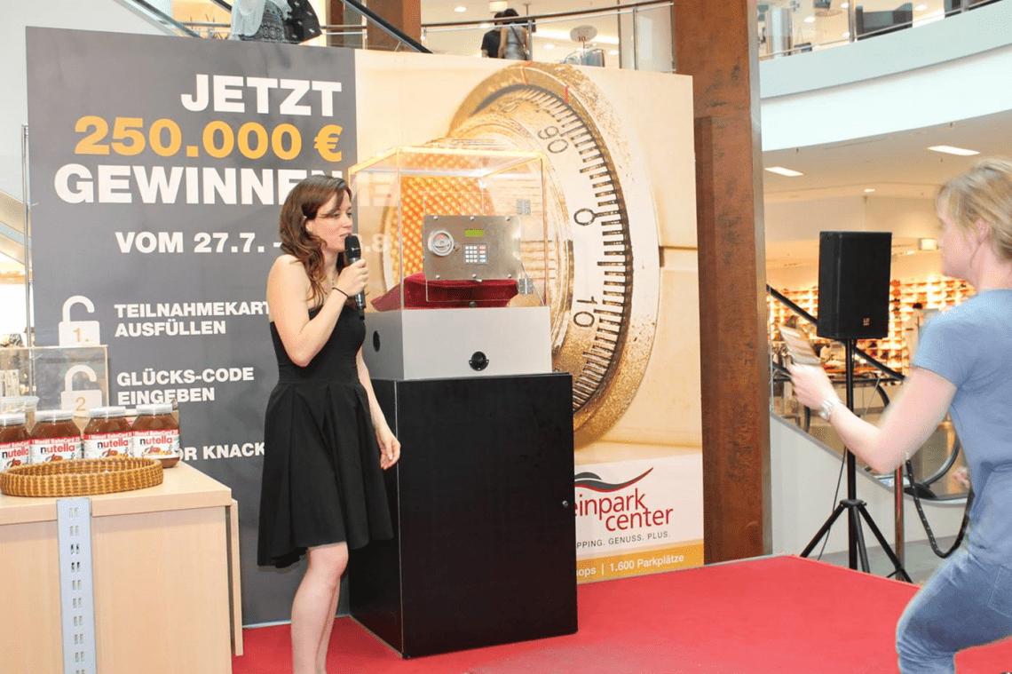 Moderatorin beim ECE Gewinnspiel Gewinnspiel in einem ECE Center über 250.000 EUR mit einer sehr unterhaltsamen Moderatorin
