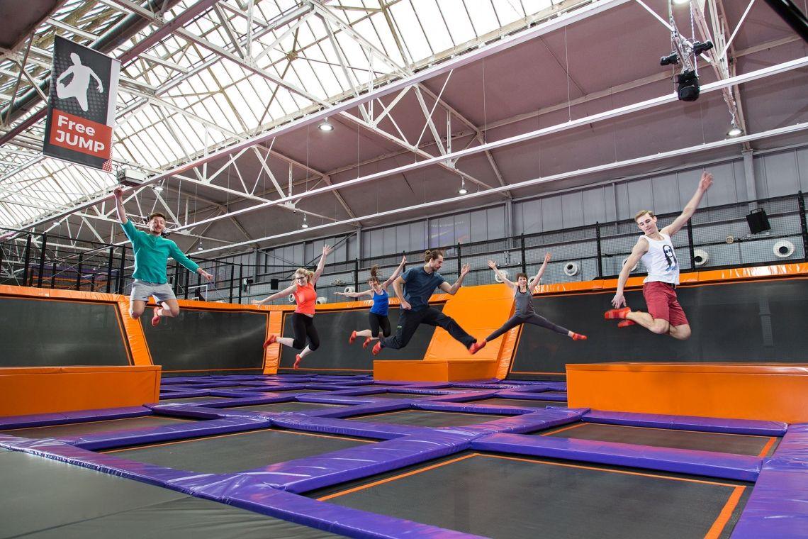 TeamJUMP im JUMP House Trampolinspringen, auspowern, Spaß haben mit Kollegen in den JUMP House Trampolinparks: Riesige Flächen mit hunderten Trampolinen und vielfältigen Attraktionen rund ums springen, klettern, Sport, Spaß & Action.