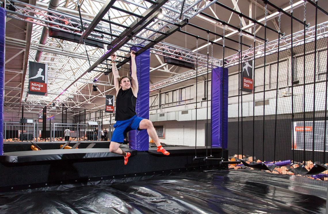 """Ninja Parcours im JUMP House Teambuilding mal anders - durch Challenges im Ninja Parcours. Die """"Ninja Box"""" gibt es in unterschiedlichen Größen im JUMP House Hamburg-Stellingen, Hamburg-Poppenbüttel, Köln, Leipzig und Bremen."""