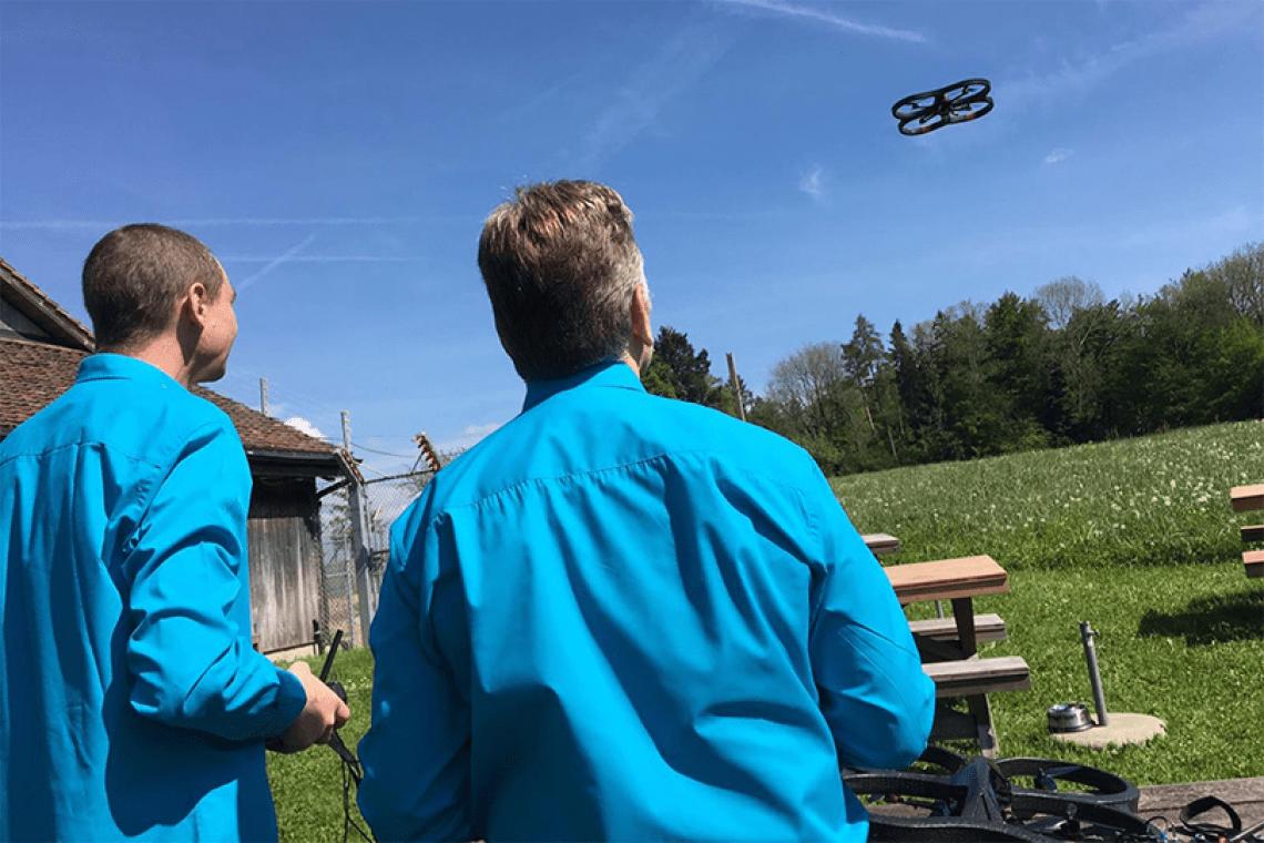 Spannende Teamevents mit Drohnen – die neue Idee für Firmenveranstaltungen und Teambuilding Drohnen-Events eignen sich für vielfältige Veranstaltungen und Anlässe vom Firmenjubiläum über Incentives und Teambuildings bis zur Weihnachtsfeier. Die intelligenten Flugkörper bringen mit innovativer Technik schnelle Erfolgserlebnisse und Flugspass für jedermann – sowohl Indoor wie Outdoor.