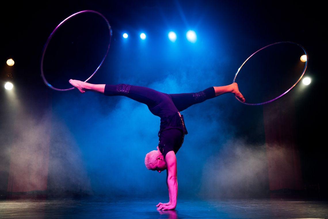 Hula-hoop act Tango