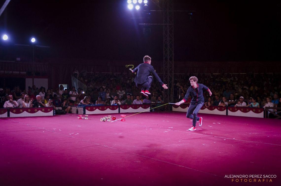 "Duo One Line beim Zirkusfestival  Das Duo One Line gewann beim Zirkusfestival ""Circuba"" in Kuba den Preis ""el mejor acto del festival"" (der beste Act des Festivals)."