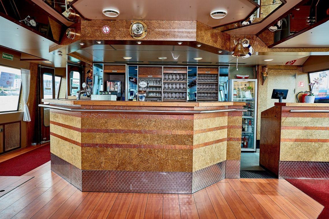 Commodore Innenansicht Eine gut sortierte Bar wird auf jedem Event benötigt. Eine gute Auswahl an Alkoholischen und nicht alkoholischen Getränken, sowie Kaffeespezialitäten sind immer an Bord. Weiter Sonderwünsche sind selbstverständlich möglich.