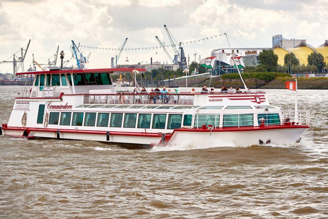 Fahrgastschiff MS Commodore Unsere Große, die Commodore, fährt 1stündige Hafenrundfahrten und ist ein besonders geeignet für Bordpartys und Live-Musik.