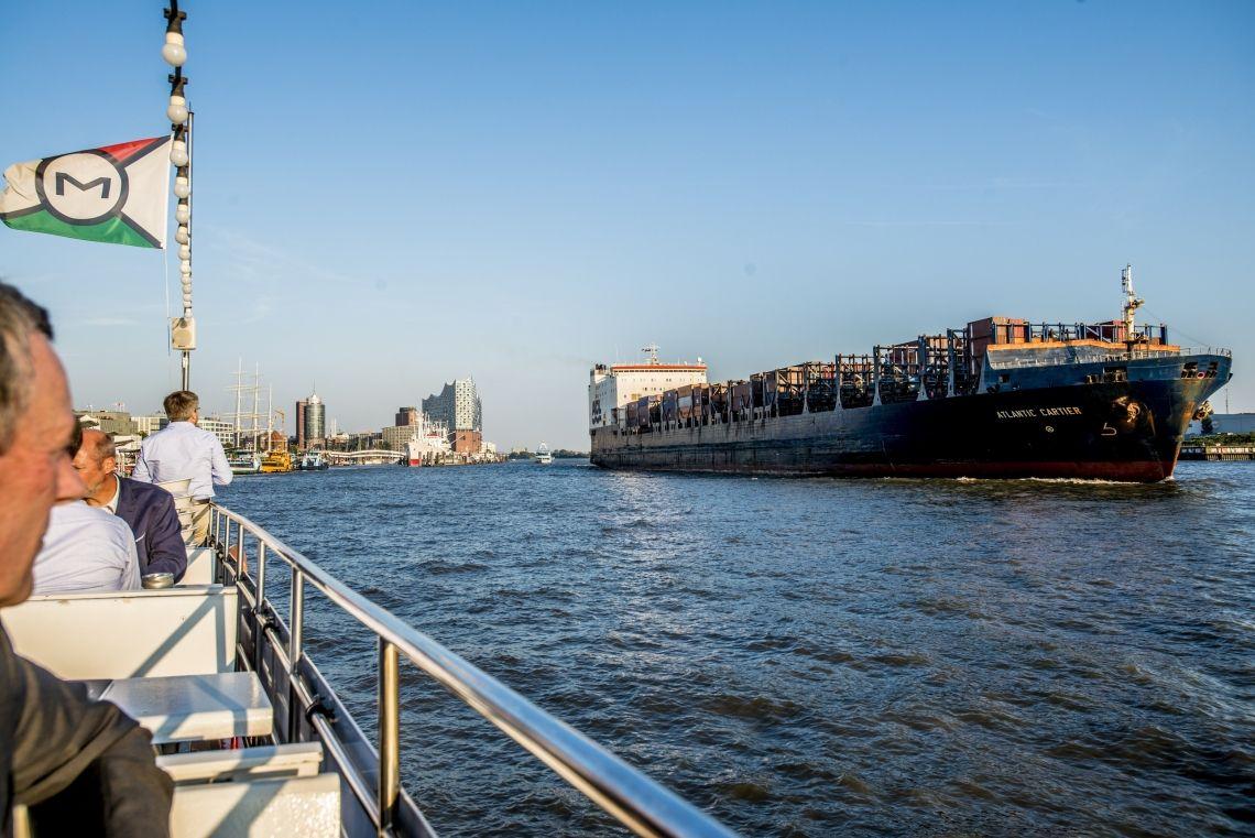 Hafenrundfahrt zu den ganz großen Pötten  Blick vom Freideck unseres Fahrgastschiffes Hafen Hamburg auf ein großes Containerschiff.