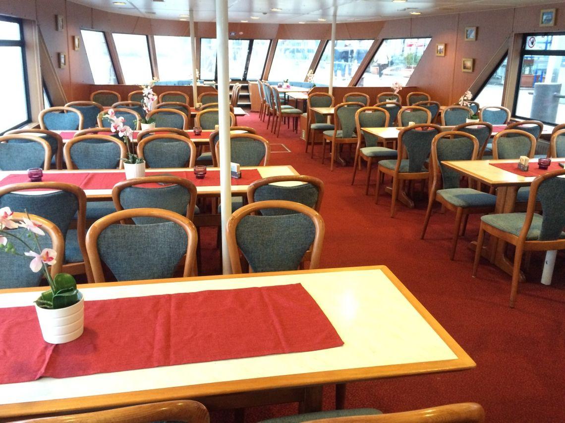 Hafen Hamburg Innenansicht Unser Fahrgastschiff Hafen Hamburg von innen. Tische und Stühle sowie eine Lounge im Bug des Schiffes machen dieses Schiff gemütlich, aber auch flexibel. Party mit DJ, Buffet, Stehtische und lockere Bestuhlung, alles im Handumdrehen realisiert.