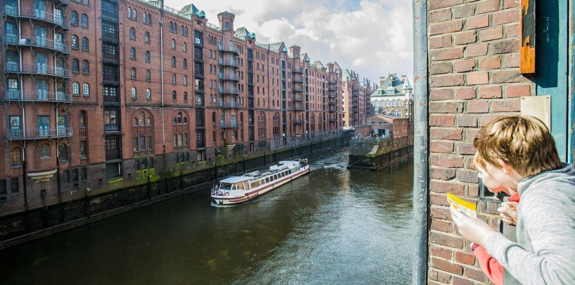 """Hamburger Deern im Fleet der Speicherstadt Unsere Hamburger Deern, ein niedriges Fahrgastschiff das durch die Kanäle der Speicherstadt fahren kann, """"wenn das Wasser stimmt"""" :-) (abhängig von der Tide)"""