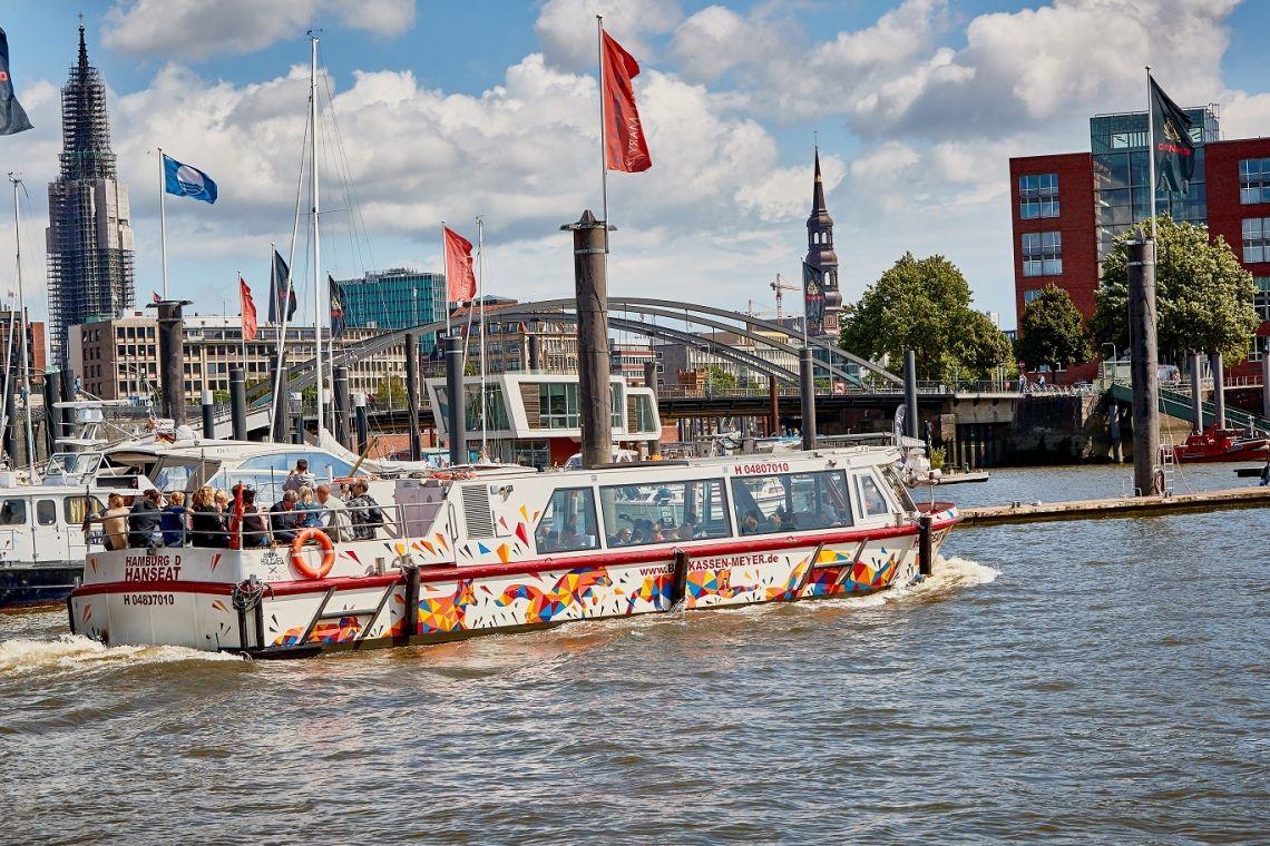 Kunst-Barkasse Hanseat Unsere Kunst-Barkasse Hanseat macht nicht nur von außen eine gute Figur. Sie ist mit Bänken und Tischen ausgestattet und ist unser Schiff für Mini-Bordpartys mit bis zu 35 Personen.