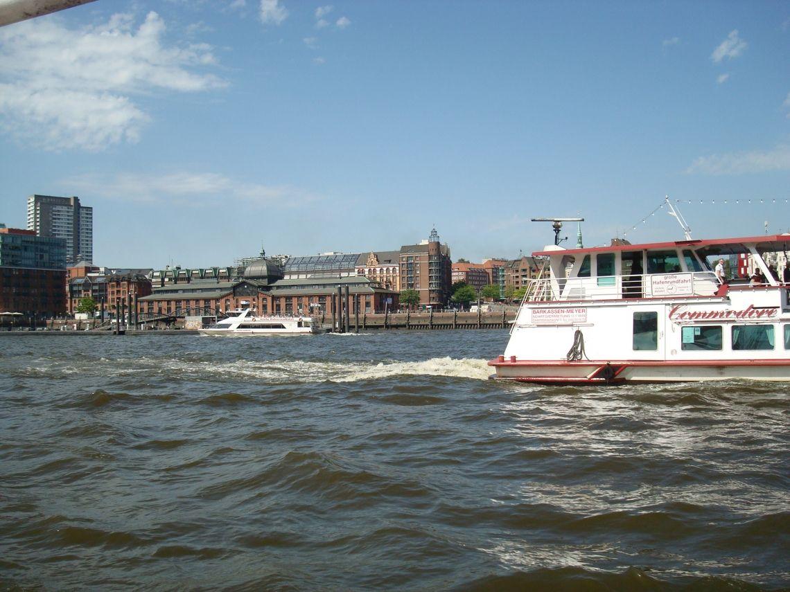 Unsere Schiffe vor der Fischauktionshalle Die Fahrgastschiffe Commodore und Hafen Hamburg vor der Fischauktionshalle.
