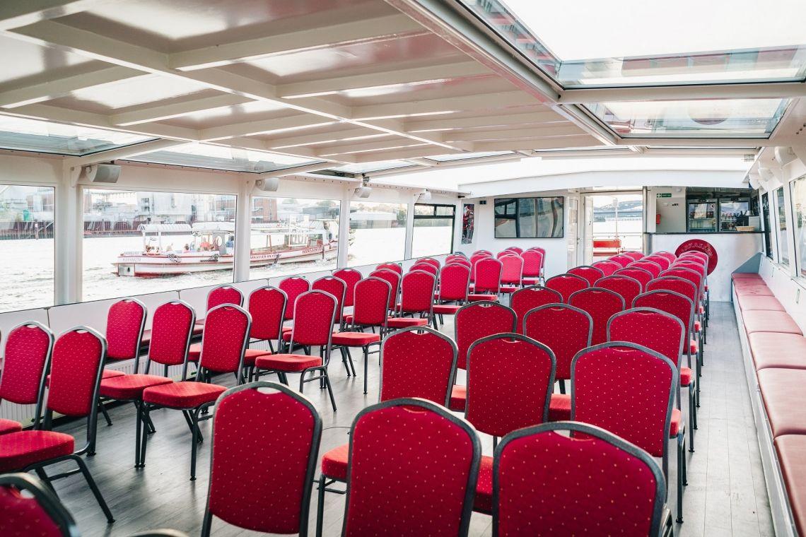 Kunst-Barkasse Ennstal Innenansicht Unser barrierefreies Schiff mit flexibler Vollbestuhlung. Diese kann komplett entfernt oder teilweise durch Stehtische ersetzt werden. Auch eine Bestuhlung mit Tischen ist möglich.