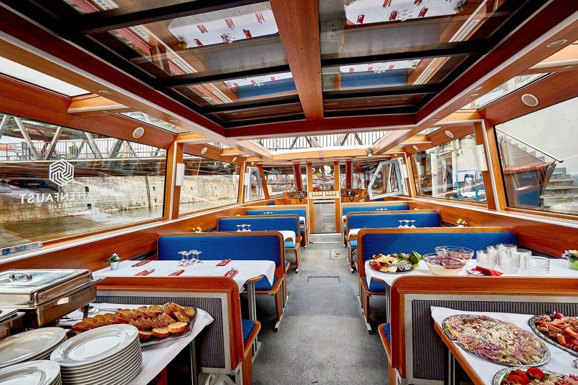 Mini-Bordparty auf der Kunst-Barkasse Hanseat Die Hanseat mit Mini-Bortparty-Buffet und gedeckten Tischen.