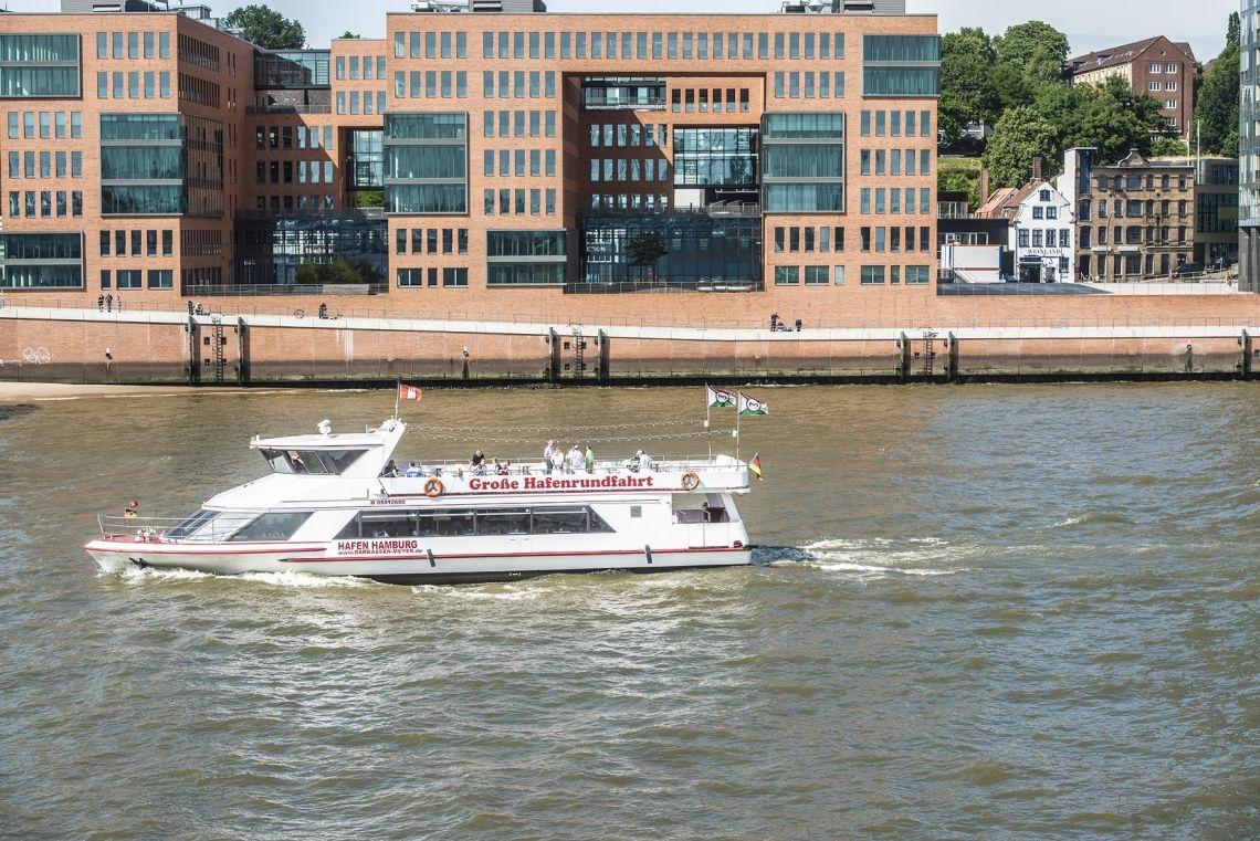 Fahrgastschiff MS Hafen Hamburg Unsere Hafen Hamburg mit der Kulisse der Hafenstraße.
