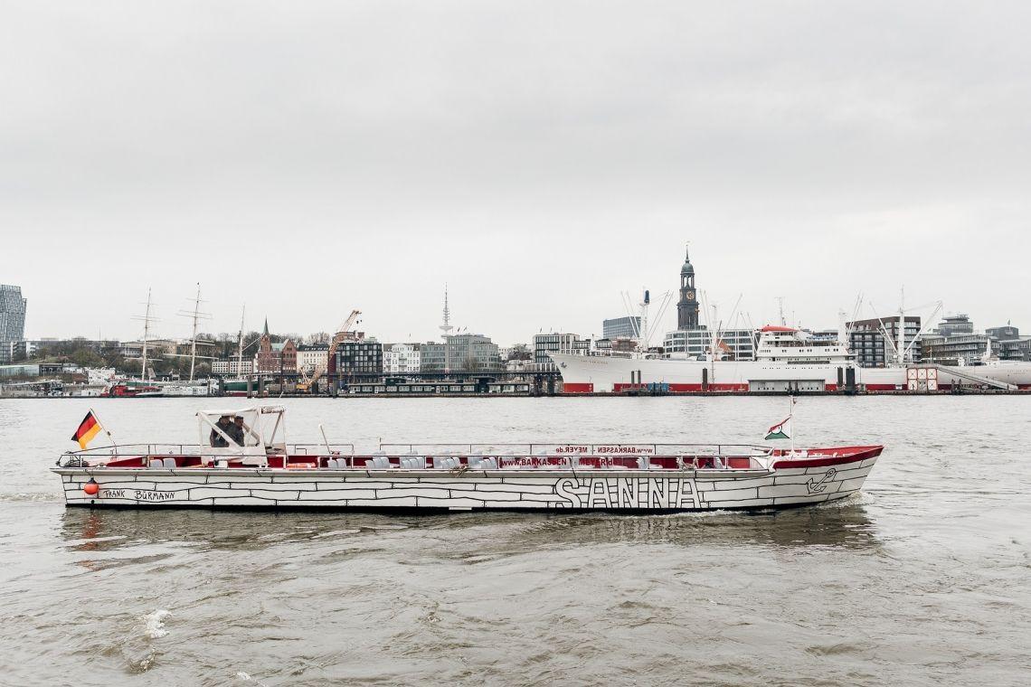 Kunst-Barkassen-Cabrio Sanna Im Sommer ein Highlight und einmalig im Hafen: unser Barkassen-Cabrio! Nichts stört den Blick auf die Schönheiten des Hafens, der Wind weht um die Nase und für Sonnenanbeter definitiv DAS Traumschiff auf der Elbe.