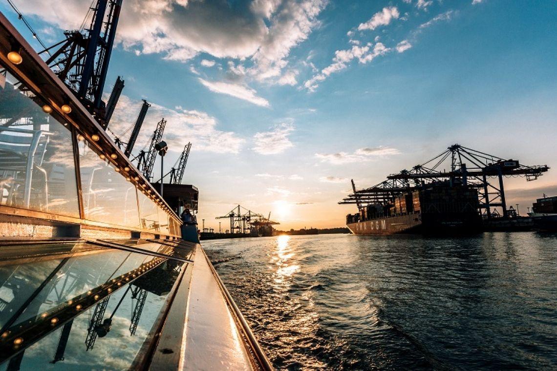 Unser Lieblingsbild Sonnenuntergang auf der Commodore im Containerhafen.
