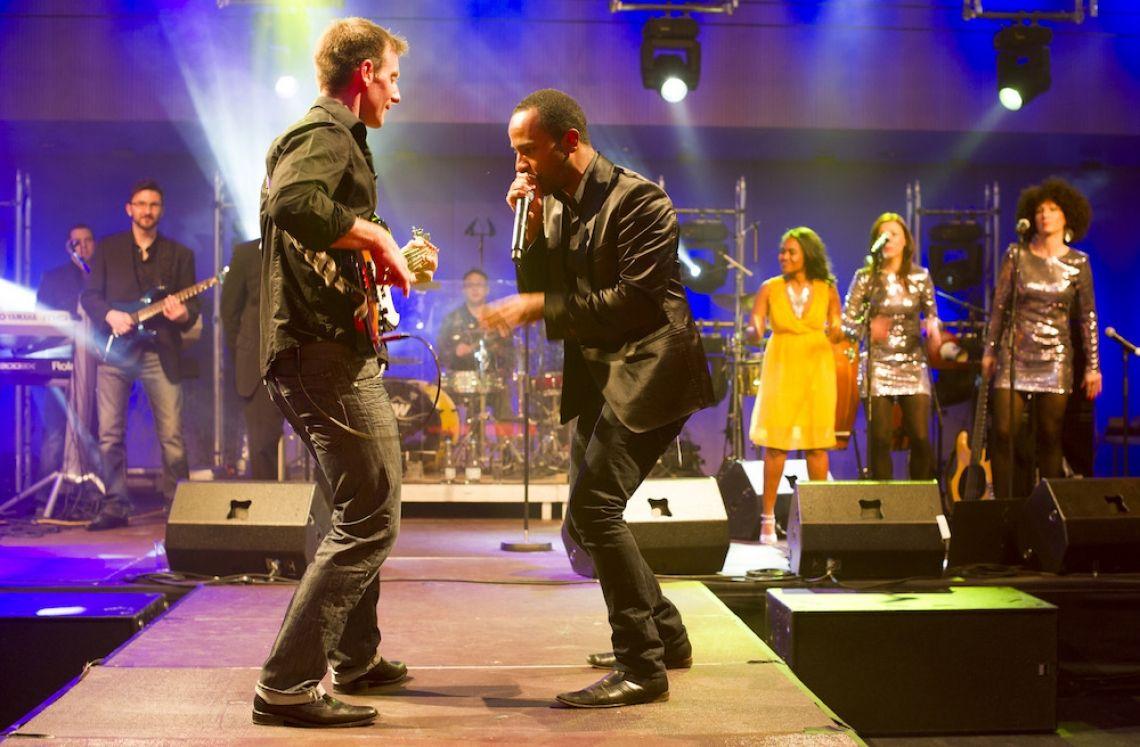 PLEJ - Eventband und Partyband  Entertainer und Sänger mit Bassist während des Solos