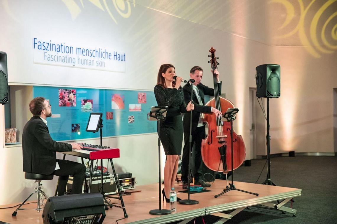 PLEJ - Loungeband  Hintergrundmusik mit Sängerin, Piano und Kontrabass.