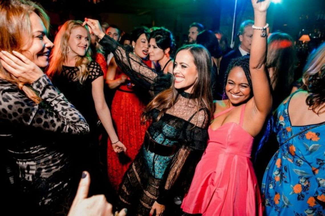 Party-People - Business Event mit Sängerin und Liveband Tanzende Gäste beim Feiern mit unserer Partyband