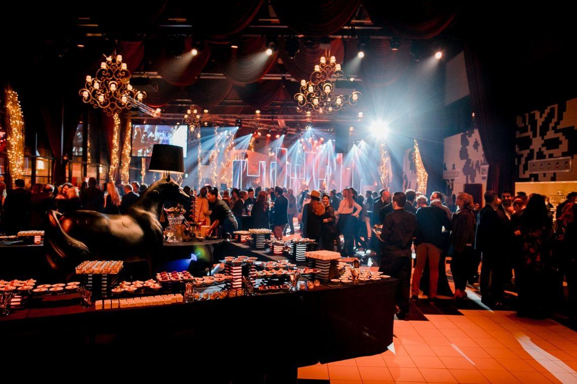 """Liveband, Eventband, Partyband Die PLEJ - Liveband um Miss Kavila beim Golden Circle der Show """"Art on Ice"""" in Zürich."""