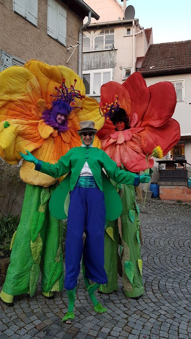 Stelzentheater - Blumen und Grashüpfer