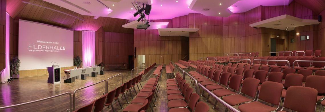 FILDERHALLE Convention & Event Center in Leinfelden-Echterdingen bei Stuttgart Für Kongresse, Tagungen und Firmenveranstaltungen bietet die FILDERHALLE 2.0 Ihnen flexible Räumlichkeiten, die individuell auf die Größe Ihres Events angepasst werden. Unsere innovative Infrastruktur mit modernster Medientechnik lässt keine Wünsche offen: 2K-Projektionstechnik, Livestreaming-Technologie, 10 GB Internetanbindung, Hochleistungs-WLAN-System sowie eine Event-App ermöglichen interaktive Kongresse und Video-Konferenzen.