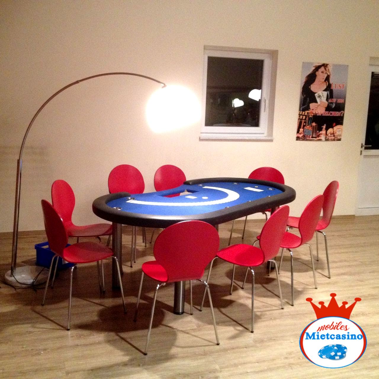 Poker Casino Spieltisch in blau  Poker Tisch mit Beleuchtung auf Casino Event