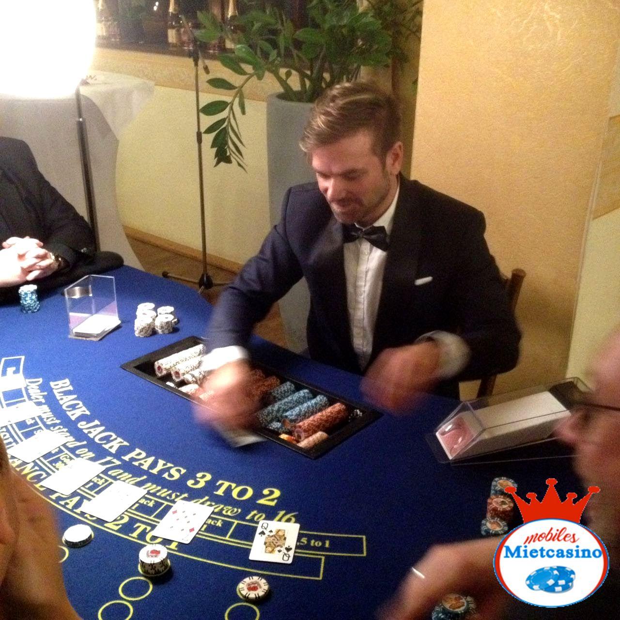 Black Jack Croupier am MMC Casino Spieltisch  Black Jack Croupier im Spiel !