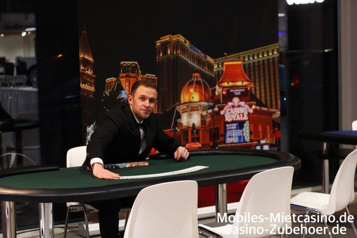 Bitte das Spiel zu machen am Poker Casino Spieltisch ! Casino Poker Spieltisch in Grün auf einem Firmen Event in Aachen. Im Hintergrund sehen Sie unsere Casino Royale Deko.