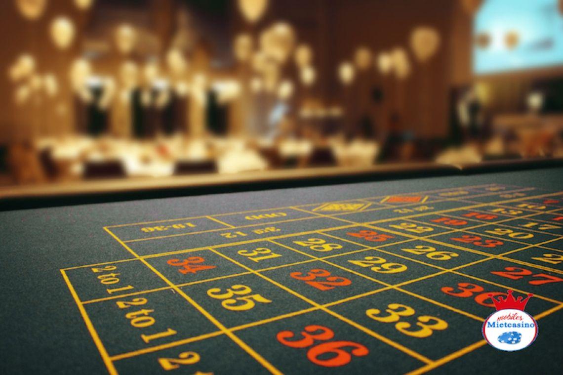 Roulette Feld Neben Black Jack, Poker, einarmigen Banditen und weiteren Casino Spielen bieten wir ihnen natürlich auch Roulette an. Hier zu sehen ist das Spielfeld eine Roulette Tisches.