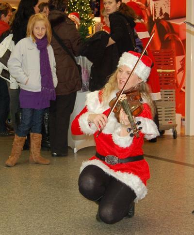 Nikoläusin Nikoläusin: Nur zur Weihnachtszeit bieten wir auch Auftritte in Nikolauskostümen an!