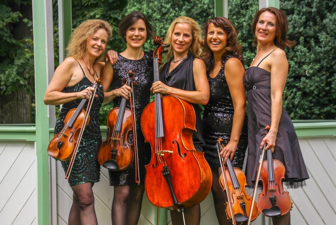 alle fünf... Manon & Co hat fünf feste Mitspielerinnen und zwei regelmäßige Aushilfen - insgesamt also 7 Musikerinnen, die regelmäßig zusammen musizieren
