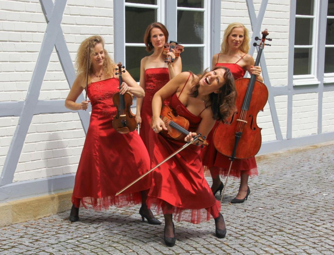 "Manon & Co Quartett Outfit Manon & Co Quartett : Außer dem ""Hinkucker rot"" gibt es noch weitere flotte auch kurze Outfits ..."