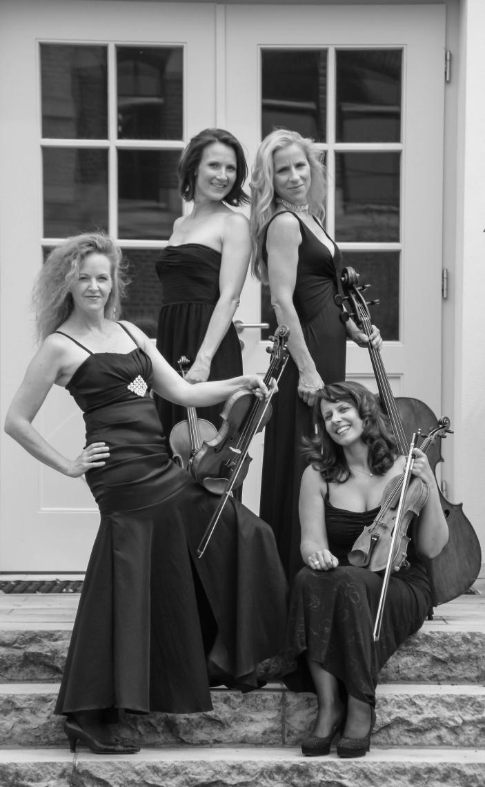 Quartett in schwarz lang ...auch in schwarz-weiss sehr schick